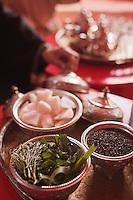 Afrique/Afrique du Nord/Maroc/Province d'Agadir/Tighanimine Elbaz: Ecolodge Atlas Kasbah - Cérémonie du thé à la menthe - Préparation du thé à la menthe et à l'absinthe