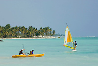 Dominikanische Republik, Windsurfer am Strand des Punta Cana Beach Resort und Club