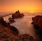 France, Aquitaine (Pays Basque), Biarritz: Rocher De La Vierge at Sunset (Virgin Mary Statue) | Frankreich, Aquitanien (Baskenland), Biarritz: Rocher de la Vierge bei Sonnenuntergang, ein Felsriff in der Naehe des Fischerhafens, das ueber eine Bruecke erreichbar ist