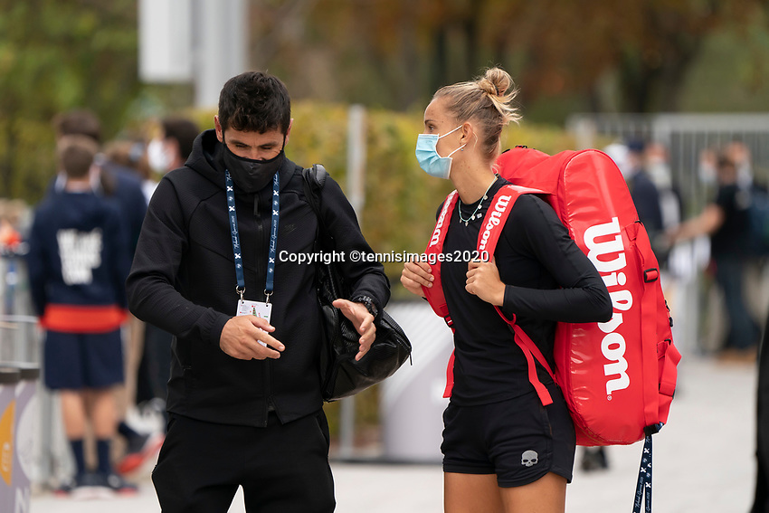 Paris, France, 03 ,10,  2020, Tennis, French Open, Roland Garros, Arantxa Rus (NED) with her coach<br />