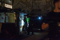 In den Abendstunden des 18. September 2014 brach auf der von Obdachlosen bewohnten Cuvrybrache in Berlin Kreuzberg ein Feuer aus. Die Feuerwehr loeschte den Brand mit drei Loeschfahrzeugen. Die Brandursache war zunaechst unklar. Ebenso unklar war, ob die auf dem Gelaende wohnenden Personen wieder in ihre Huetten duerfen.<br /> Mehrere Hundertschaften der Bereitschaftspolizei waren zur Absicherung der Loescharbeiten im Einsatz, dabei kam es nach Augenzeugen zu Festnahmen.<br /> Im Bild: Polizeibeamte durchsuchen das Gelaende.<br /> 18.9.2014, Berlin<br /> Copyright: Christian-Ditsch.de<br /> [Inhaltsveraendernde Manipulation des Fotos nur nach ausdruecklicher Genehmigung des Fotografen. Vereinbarungen ueber Abtretung von Persoenlichkeitsrechten/Model Release der abgebildeten Person/Personen liegen nicht vor. NO MODEL RELEASE! Don't publish without copyright Christian-Ditsch.de, Veroeffentlichung nur mit Fotografennennung, sowie gegen Honorar, MwSt. und Beleg. Konto: I N G - D i B a, IBAN DE58500105175400192269, BIC INGDDEFFXXX, Kontakt: post@christian-ditsch.de<br /> Urhebervermerk wird gemaess Paragraph 13 UHG verlangt.]