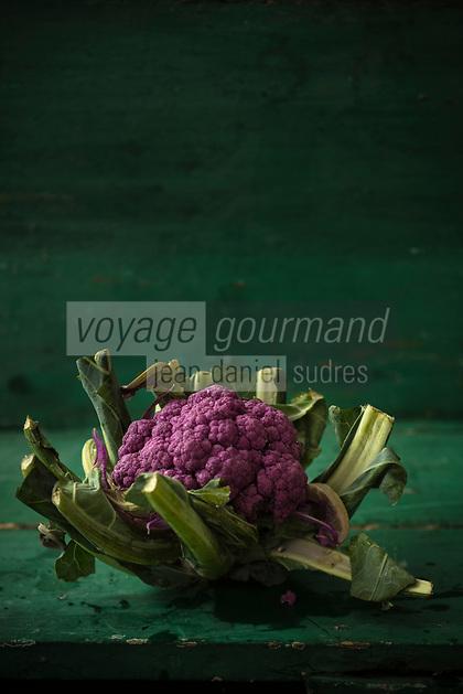 Gastronomie générale / Diététique /  Chou Fleur d'agriculture biologique violet  // General gastronomy / Diet / Organic purple cauliflower