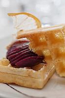 Europe/France/Rhône-Alpes/74/Haute-Savoie/Megève: Poire pochée au  vin chaud, gaufre d'antan et véritable chantilly à la vanille, Recette de Philippe Zanchetta du Restaurant: L'Alpaga