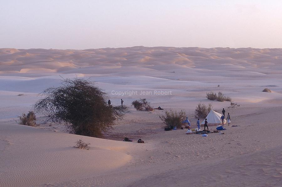 Campement dans les dunes de l'Amatlich. Mauritanie. Afrique. Camp site in the dunes of the Amatlich. Mauritania. Africa