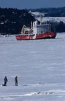 Amérique/Amérique du Nord/Canada/Quebec/Fjord du Saguenay : Pêcheurs à la pêche blanche et brise glace en action