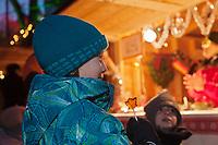 Amérique/Amérique du Nord/Canada/Québec/ Québec: Marché de Noël dans Le Vieux-Québec classé Patrimoine Mondial de l'UNESCO, - Enfant et sucette au sirop d'érable