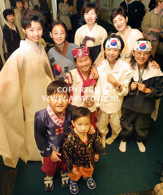 Varsseveld, 250902<br />Koreaanse klederdracht bij opening koreaweek<br />Foto: Sjef Prins - APA Foto
