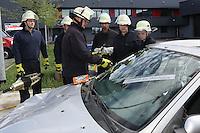 4. Erlebnistag der Feuerwehr Gross-Gerau<br /> Gruppenführer Steven Ternes erklärt das Vorgehen beim Aufschneiden eines Autos<br /> Foto: Vollformat/Marc Schüler, Schäfergasse 5, 65428 Rüsselsheim, Fon 0151/11654988, Bankverbindung Kreissparkasse Gross Gerau BLZ. 50852553 , KTO. 16003352. Alle Honorare zzgl. 7% MwSt.