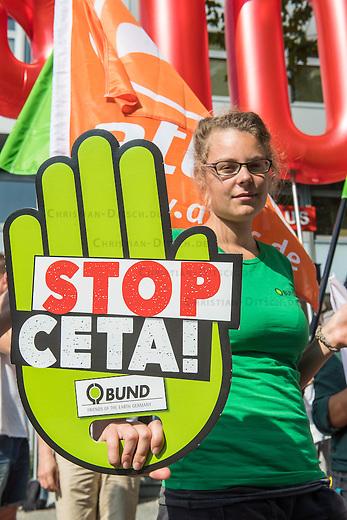 """Fotoaktion im Vorfeld der Grossdemonstration gegen CETA & TTIP.<br /> Mit sieben parallelen Grossdemonstrationen will ein breites gesellschaftliches Buendnis am Samstag den 17. September 2016 in Deutschland gegen die umstrittenen Handelsabkommen CETA und TTIP demonstrieren. Unmittelbar vor dem SPD Parteikonvent zu CETA sowie dem entscheidenden Treffen des EU-Handelsministerrats sollen bundesweiten Demonstrationen einen Hoehepunkt der Proteste bilden.<br /> Der Berliner Traegerkreis vom Buendnis """"CETA & TTIP stoppen! Fuer einen gerechten Welthandel!"""" veranstaltete am Mittwoch den 14. September 2016 vor dem Haus des DGB-Berlin einen Fototermin, bei dem sich sich zum Protest aufrufenden Initiativen DGB, attac, Greenpeace, Brot fuer die Welt, Naturfreunde Berlin und BUND den Medien praesentierten.<br /> 13.9.2016, Berlin<br /> Copyright: Christian-Ditsch.de<br /> [Inhaltsveraendernde Manipulation des Fotos nur nach ausdruecklicher Genehmigung des Fotografen. Vereinbarungen ueber Abtretung von Persoenlichkeitsrechten/Model Release der abgebildeten Person/Personen liegen nicht vor. NO MODEL RELEASE! Nur fuer Redaktionelle Zwecke. Don't publish without copyright Christian-Ditsch.de, Veroeffentlichung nur mit Fotografennennung, sowie gegen Honorar, MwSt. und Beleg. Konto: I N G - D i B a, IBAN DE58500105175400192269, BIC INGDDEFFXXX, Kontakt: post@christian-ditsch.de<br /> Bei der Bearbeitung der Dateiinformationen darf die Urheberkennzeichnung in den EXIF- und  IPTC-Daten nicht entfernt werden, diese sind in digitalen Medien nach §95c UrhG rechtlich geschuetzt. Der Urhebervermerk wird gemaess §13 UrhG verlangt.]"""