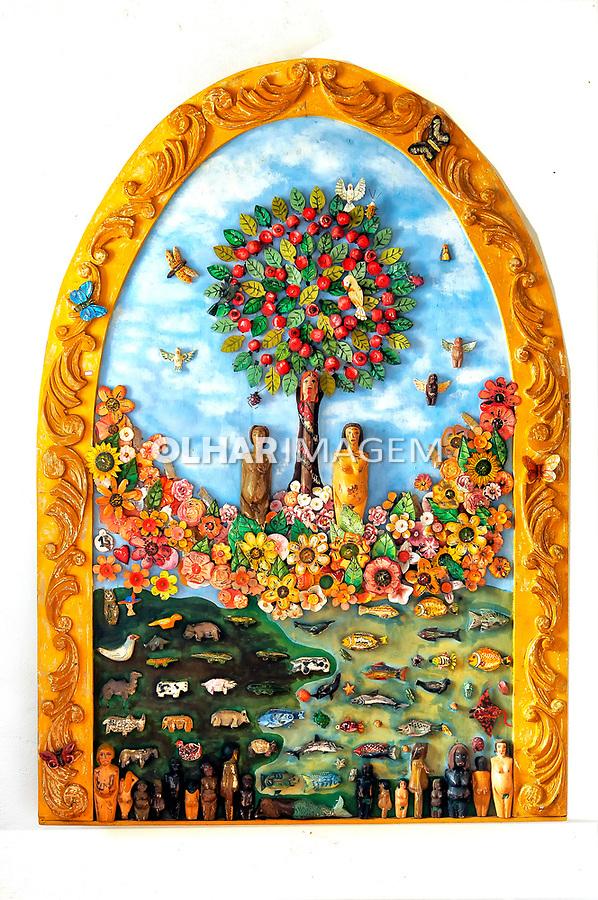 Painel de Adão e Eva de material reciclavel. Loja de artesanato Oficina de Agosto no povoado de Bichinho. Minas Gerais. Foto de Sergio Amaral.