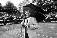 1989, Hilversum, Dutch Open, Melkhuisje, Speaker Jack van der Voorn kondigd de finale aan op een maandag voor een hanjevol publiek na een verregende zondag
