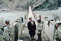 Irak 1991.Controle à la frontière sur le Zab d'un Kurde irakien par des soldats turques.Iraq 1991.Checking a Kurd on the border by Turkish soldiers .