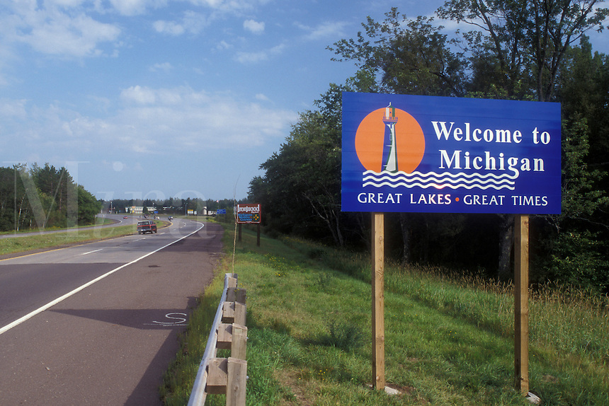 AJ0481, Michigan, A welcome sign on the highway welcomes visitors to the state of Michigan.