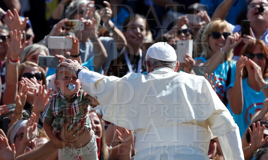 Papa Francesco saluta i fedeli al termine di una messa giubilare per i catechisti in Piazza San Pietro, Citta' del Vaticano, 25 settembre 2016.<br /> Pope Frances greets faithful after celebrating a Jubilee Mass for catechists in Saint Peter's Square at the Vatican on September 25, 2016.<br /> UPDATE IMAGES PRESS/Isabella Bonotto<br /> <br /> STRICTLY ONLY FOR EDITORIAL USE