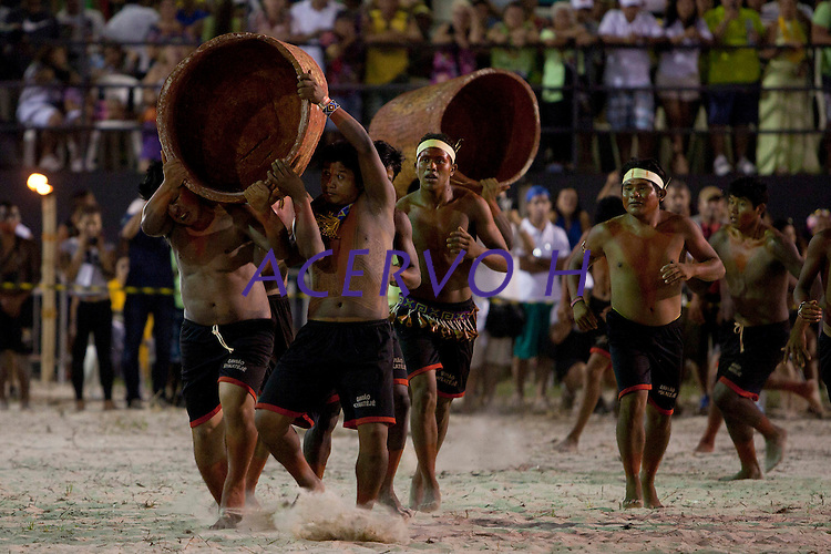 IV Jogos Tradicionais Indígenas do Pará<br /> <br /> Índio da Etnia Gavião Kiykatejê participa da demostrarão de corrida de toras.<br /> Quinza etnias participam dos  IX Jogos Indígenas, iniciados neste na íntima sexta feira. Aikewara (de São Domingos do Capim), Araweté (de Altamira), Assurini do Tocantins (de Tucuruí), Assurini do Xingu (de Altamira), Gavião Kiykatejê (de Bom Jesus do Tocantins), Gavião Parkatejê (de Bom Jesus do Tocantins), Guarani (de Jacundá), Kayapó (de Tucumã), Munduruku (de Jacareacanga), Parakanã (de Altamira), Tembé (de Paragominas), Xikrin (de Ourilândia do Norte), Wai Wai (de Oriximiná). Participam ainda as etnias convidadas - Pataxó (da Bahia) e Xerente (do Tocantins). <br /> <br /> <br /> Mais de 3 mil pessoas lotaram as arquibancadas da arena de competição.<br /> Praia de Marudá, Marapanim, Pará, Brasil.<br /> Foto Paulo Santos<br /> 06/09/2014