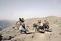 Irak 1985  Dans les zones libérées, région de Lolan, sur la piste une famille a cheval et a pied sur le chemin de l'exil  Iraq 1985 In liberated areas, Lolan district, on the track , a family on their way to exile