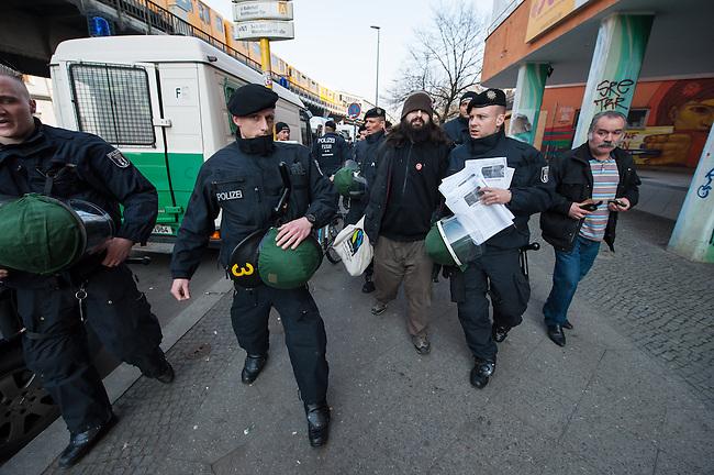 """Demonstration gegen steigende Mieten und Zwangsraeumungen in Berlin.<br />Am Samstag den 29. Maerz 2014 demonstrierten ueber 500 Menschen in Berlin-Kreuzberg mit einer sog. """"Laerm-Demo"""" gegen steigende Mieten und Zwangsraeumungen. Es war die 25. """"Laerm-Demo"""".<br />Die Demonstration wurde zum ersten Mal von starken Polizeikraeften begleitet; dazu waren 3 Einsatzhundertschaften der Berliner Polizei und eine Hundertschaft einer speziellen Festnahmeeinheit aus Sachsen-Anhalt im Einsatz. Die Festnahmeeinheit ist fuer ihr hartes Eingreifen bekannt und war zu Uebungszwecken fuer einen Einsatz am 1. Mai nach Berlin gekommen. Bereits im Vorfeld der Demonstration kam es zu Platzverweisen, Beschlagnahmungen von Flugblaettern, und der Festnahme eines Flugblattverteilers (im Bild).<br />Waehrend der Abschlusskundgebung der Demonstration stuermte die Polizei eine nahe gelegene Ladenwohnung, vor der junge Leute zu lauter Musik tanzten. Dabei wurde Mobiliar in der Wohnung von vermummten Polizeibeamten zerstoert und ein Teil der Musikanlage beschlagnahmt. Vor der Wohnung griffen Beamte der Spezialeinheit aus Sachsen-Anhalt Journalisten an und versuchten, Kameras zu beschaedigen und sie am arbeiten zu hindern.<br />29.3.2014, Berlin<br />Copyright: Christian-Ditsch.de<br />[Inhaltsveraendernde Manipulation des Fotos nur nach ausdruecklicher Genehmigung des Fotografen. Vereinbarungen ueber Abtretung von Persoenlichkeitsrechten/Model Release der abgebildeten Person/Personen liegen nicht vor. NO MODEL RELEASE! Don't publish without copyright Christian-Ditsch.de, Veroeffentlichung nur mit Fotografennennung, sowie gegen Honorar, MwSt. und Beleg. Konto:, I N G - D i B a, IBAN DE58500105175400192269, BIC INGDDEFFXXX, Kontakt: post@christian-ditsch.de]"""