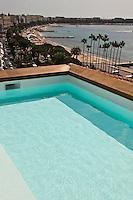 Europe/France/Provence-Alpes-Côte d'Azur/06/Alpes-Maritimes/Cannes: Piscine d'une des suites sur les toits   de l'Hôtel Majestic à Cannes et en fond la Croisette