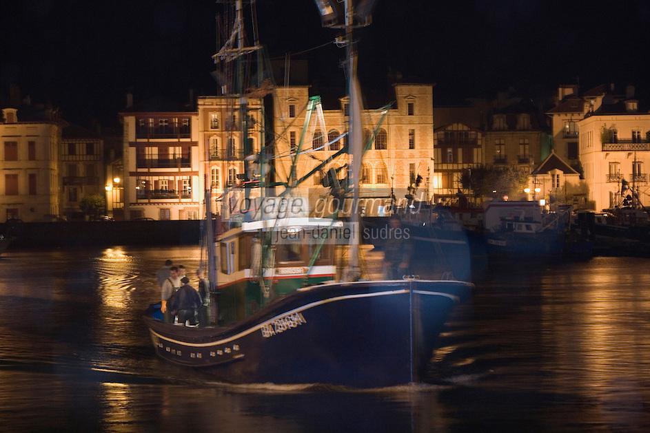 """Europe/France/Aquitaine/64/Pyrénées-Atlantiques/Pays Basque/Saint-Jean-de-Luz:  le Thonier Canneur """"Aïrosa"""" rentre   de nuit au port de la pêche au thon à la canne"""