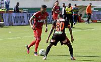 TUNJA - COLOMBIA, 11-09-2021:  Jesus Arrieta de Patriotas Boyacá disputa el balón con Jader Maza del Envigado durante partido por la fecha 9 entre Patriotas Boyacá y Envigado  como parte de la Liga BetPlay DIMAYOR II 2021 jugado en el estadio La Independencia de la ciudad de Tunja. / Jesus Arrieta of Patriotas Boyaca vies for the ball with  Jader Maza player of Envigado  during match for the date 9 between Patriotas Boyaca and Envigado  as a part BetPlay DIMAYOR League II 2021 played at La Independencia stadium in Tunja city. Photo: VizzorImage / Macgiver Baron / Contribuidor