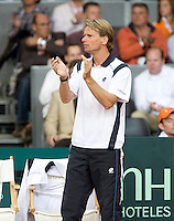 19-9-08, Netherlands, Apeldoorn, Tennis, Daviscup NL-Zuid Korea, First rubber  Dutch captain Jan Siemerink supports his player