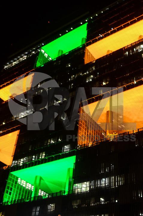 RIO DE JANEIRO, RJ, 03.10.2013 - ILUMINACAO/60 ANOS PETROBRAS - Iluminação especial na Sede da estatal Petrobras, no Centro do Rio de Janeiro, que comemora 60 anos, nesta quinta-feira. (Foto: Marcelo Fonseca / Brazil Photo Press).