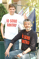 "DANIEL BRUL & MANUEL HUERGA.Photocall for the film ""Salvador (Puig Antich)"" in Rome, Italy..April 12th, 2007.half length sitting white black top peace v sign hand gesture.CAP/CAV.©Luca Cavallari/Capital Pictures"