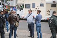 """Auf und rund um den Rosa-Luxemburg-Platz in Berlin-Mitte haben am Samstag den 25. April 2020 mehrere hundert Menschen gegen die Einschraenkungen im Zuge der Massnahmen zur Eindaeemung der Covid-19-Pandemie protestiert. Rechtsextremisten, Hooligans, Antisemiten, Verschwoerungstheoretiker und AfD-Politiker hatten zu einer sogenannten """"Hygiene-Demo"""" versammelt. Vereinzelt protestierten Menschen am Rande gegen diese Demonstration.<br /> Die Polizei war mit mehreren hundert Beamten im Einsatz und nahm mehr als 100 Personen fest.<br /> In der Bildmitte: Gunnar Norbert Lindemann, Mitglied der Fraktion der """"Alternative fuer Deutschland (AfD) im Berliner Abgeordnetenhaus und Mitglied im Bezirksvorstand der AfD Marzahn-Hellersdorf.<br /> 25.4.2020, Berlin<br /> Copyright: Christian-Ditsch.de<br /> [NUR FUER REDAKTIONELLE ZWECKE! Werbung nur auf Anfrage beim Fotografen. Inhaltsveraendernde Manipulation des Fotos nur nach ausdruecklicher Genehmigung des Fotografen. Vereinbarungen ueber Abtretung von Persoenlichkeitsrechten/Model Release der abgebildeten Person/Personen liegen nicht vor. NO MODEL RELEASE! Don't publish without copyright Christian-Ditsch.de, Veroeffentlichung nur mit Fotografennennung, sowie gegen Honorar, MwSt. und Beleg. Konto: I N G - D i B a, IBAN DE58500105175400192269, BIC INGDDEFFXXX, Kontakt: post@christian-ditsch.de<br /> Bei der Bearbeitung der Dateiinformationen darf die Urheberkennzeichnung in den EXIF- und  IPTC-Daten nicht entfernt werden, diese sind in digitalen Medien nach §95c UrhG rechtlich geschuetzt. Der Urhebervermerk wird gemaess §13 UrhG verlangt.]"""