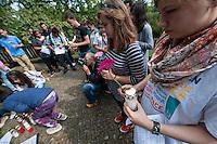 Gedenken an den Beginn des 1. Weltkrieg.<br /> 35 Jugendliche aus 11 Laendern gedachten auf dem Luisenkirchhof III in Berlin zum Abschluss eines zweiwoechigen Workshop des Volksbund deutscher Kriegsgraeberfuersorge an den Beginn des 1. Weltkrieg. Sie legten Blumen und einen Kranz des Volksbund nieder und einzuendeten Kerzen am Ehrenmal der Gefallenen.<br /> 8.8.2014, Berlin<br /> Copyright: Christian-Ditsch.de<br /> [Inhaltsveraendernde Manipulation des Fotos nur nach ausdruecklicher Genehmigung des Fotografen. Vereinbarungen ueber Abtretung von Persoenlichkeitsrechten/Model Release der abgebildeten Person/Personen liegen nicht vor. NO MODEL RELEASE! Don't publish without copyright Christian-Ditsch.de, Veroeffentlichung nur mit Fotografennennung, sowie gegen Honorar, MwSt. und Beleg. Konto: I N G - D i B a, IBAN DE58500105175400192269, BIC INGDDEFFXXX, Kontakt: post@christian-ditsch.de<br /> Urhebervermerk wird gemaess Paragraph 13 UHG verlangt.]