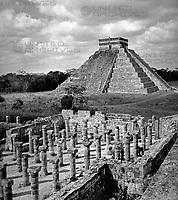 """""""El castillo y el templo de las 1000 columnos"""" (Burg und Tempel der tausend Säulen) in Chichen Itza, Mexiko 1970er Jahre. Pyramid and temple of a thousand coulmns at Chichen Itza, Mexico 1970s."""