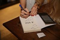 """SÃO PAULO - SP. 21.02.2017 - NOITE-AUTÓGRAFO. A modelo Kat Torres lança seu livro """"A Voz"""" na Livraria da Vila na noite desta terça-feira, 21, em São Paulo. (Foto: Ciça Neder / Brazil Photo Press)"""