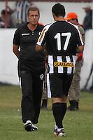 RIO DE JANEIRO, RJ, 29 DE JANEIRO 2012 - CAMPEONATO CARIOCA - 1o TURNO - TAÇA GUANABARA - NOVA IGUAÇU X BOTAFOGO - Oswaldo de Oliveira, técnico do Botafogo, conversa com Herrera, durante partida contra o Nova Iguaçu, pela 2o rodada da Taça Guanabara, no estádio Proletário, na cidade do Rio de Janeiro, neste domingo, 29. FOTO: BRUNO TURANO – NEWS FREE.