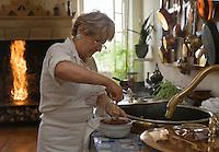 Europe/France/Aquitaine/33/Gironde/Saint-Yzans-de-Médoc: Château  Loudenne, Médoc Cru Bourgeois- la Cuisine des Vndanges et  ses cuivres - Monique la cuisiniére apporte la dernière touche à la sauce  de son coq au vin qui cuit  dans les grandes marmites en cuivre [Non destiné à un usage publicitaire - Not intended for an advertising use]