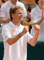 12-4-08, Macedonie, Skopje, Daviscup, Macedonie- Nederland, Doubles Captain Jan Siemerink supports his team