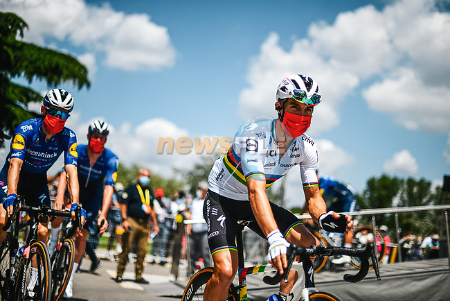 World Champion Julian Alaphilippe (FRA) and Deceuninck-Quick Step arriva at sign on before Stage 6 of the 2021 Tour de France, running 160.6km from Tours to Chateauroux, France. 1st July 2021.  <br /> Picture: A.S.O./Pauline Ballet   Cyclefile<br /> <br /> All photos usage must carry mandatory copyright credit (© Cyclefile   A.S.O./Pauline Ballet)