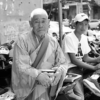 Bonze a l'entree de la Pagonde Long Son, Le jour du tet ; le nouvel an vietnamien, 5 fevrier 2019 <br /> <br /> Monk at Long Son pagoda entrance on Tet day, Feb 5, 2019