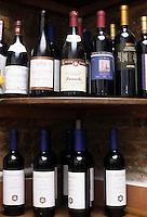 Cibi e bevande. Food and beverages..Bottiglie di vino rosso. Bottles of red wine....