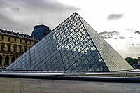 FRANCIA - Parigi - Jeoh Ming Pei, 1989, piramide di vetro, entrata principale del Museo del Louvre FRANCE - Paris - Jeoh Ming Pei, 1989, glass pyramid, the main entrance to the Louvre Museum<br /> <br /> FRANCE - Paris - Jeoh Ming Pei, 1989, la pyramide de verre, l'entrÈe principale du MusÈe du Louvre