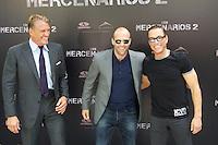 MADRI, ESPANHA, 08 AGOSTO DE 2012 - SESSAO DE FOTOS OS MERCENARIOS 2 - Os atores (E/D)  Dolph Lundgren, Jason Statham, e Jean Claude Van Damme durante sessao de fotos do filme Os Mercenarios 2 no Hotel Hitz em Madri na capital da Espanha, nesta quarta-feira, 08. (FOTO: CESAR CEBOLLA / ALFAQUI / BRAZIL PHOTO PRESS).