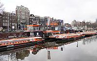 Nederland  Amsterdam   feb. 2021.  Lockdown. Rondvaartboten liggen werkloos langs de kade.  Foto Berlinda van Dam / HH / ANP.