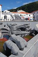 Drachenbrunnen auf Kirchplatz in Velas auf der Insel Sao Jorge, Azoren, Portugal