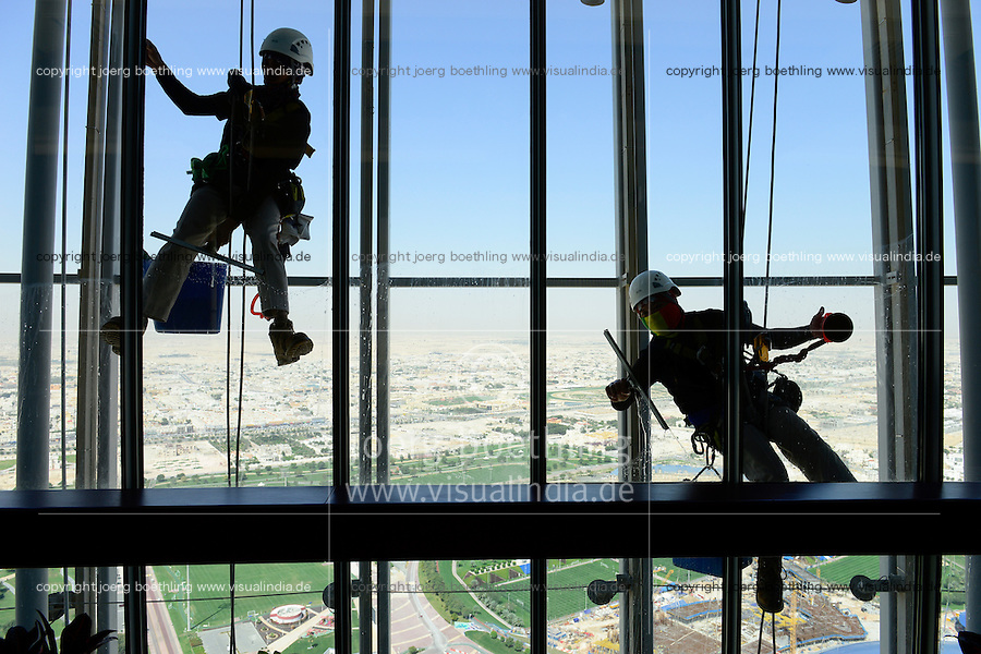 QATAR, Doha, sportspark at Khalifa International Stadium for FIFA world cup 2022, Filipino migrant worker work as window cleaner at Aspire tower / KATAR, Doha, Fussballfelder und Sportpark am Khalifa International Stadium fuer die  FIFA Fussballweltmeisterschaft 2022, philippinische Gastarbeiter arbeiten als Fensterreiniger am Aspire Tower