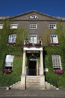 Great Britain, England, Suffolk, Bury St Edmunds: Angel Hill, 18th century Angel Hotel covered in Virginia creeper