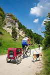 Deutschland, Bayern, Oberbayern, Naturpark Altmuehltal, bei Altendorf: Fahrradtour auf dem Altmuehltal Radweg | Germany, Upper Bavaria, Nature Park Altmuehl Valley, near Altendorf: bicycle tour on Altmuehl Valley biking trail