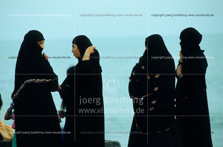 INDIA Pondicherry , veiled muslim women at sea front / INDIEN Pondicheri , verschleierte Muslima am Meer