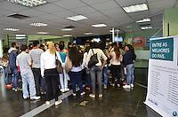 ATENCAO EDITOR IMAGEM EMBARGADA PARA VEICULOS INTERNACIONAIS - SAO PAULO, 06 DE FEVEREIRO DE 2013. - PROBLEMAS FIES ANHEMBI MORUMBI - Candidatos ao programa de financiamento estudantil FIES reclamam sobre falta de senha para atedimento e entrega de documentos para analise do programa, na Universidade Anhembi Morumbi, campus Paulista, regiao central da capital, na manha desta quarta feira, 06. Segundo os alunos, a instituicao informou que o atendimento seria por ordem de chegada a partir de hoje, mas senhas foram distribuidas para atendimento ontem. (FOTO: ALEXANDRE MOREIRA / BRAZIL PHOTO PRESS).