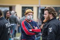 """Auf und rund um den Rosa-Luxemburg-Platz in Berlin-Mitte haben am Samstag den 25. April 2020 mehrere hundert Menschen gegen die Einschraenkungen im Zuge der Massnahmen zur Eindaeemung der Covid-19-Pandemie protestiert. Rechtsextremisten, Hooligans, Antisemiten, Verschwoerungstheoretiker und AfD-Politiker hatten zu einer sogenannten """"Hygiene-Demo"""" versammelt. Vereinzelt protestierten Menschen am Rande gegen diese Demonstration.<br /> Die Polizei war mit mehreren hundert Beamten im Einsatz und nahm mehr als 100 Personen fest.<br /> Im Bild: Ein Demonstrant traegt eine Mund-Nase-Schutzmaske auf die er """"GG Artikel 8"""" (Versammlungsfreiheit) geschrieben hat.<br /> 25.4.2020, Berlin<br /> Copyright: Christian-Ditsch.de<br /> [NUR FUER REDAKTIONELLE ZWECKE! Werbung nur auf Anfrage beim Fotografen. Inhaltsveraendernde Manipulation des Fotos nur nach ausdruecklicher Genehmigung des Fotografen. Vereinbarungen ueber Abtretung von Persoenlichkeitsrechten/Model Release der abgebildeten Person/Personen liegen nicht vor. NO MODEL RELEASE! Don't publish without copyright Christian-Ditsch.de, Veroeffentlichung nur mit Fotografennennung, sowie gegen Honorar, MwSt. und Beleg. Konto: I N G - D i B a, IBAN DE58500105175400192269, BIC INGDDEFFXXX, Kontakt: post@christian-ditsch.de<br /> Bei der Bearbeitung der Dateiinformationen darf die Urheberkennzeichnung in den EXIF- und  IPTC-Daten nicht entfernt werden, diese sind in digitalen Medien nach §95c UrhG rechtlich geschuetzt. Der Urhebervermerk wird gemaess §13 UrhG verlangt.]"""