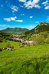 Frankreich, Bourgogne-Franche-Comté, Département Jura, Salins-les-Bains: Stadt im Tal der Furieuse, die frueher von der Salzgewinnung lebte und heute einen sanften Tourismus foerdert und ein eigenes Sole Thermalbad hat. Die Grosse Saline von Salins-les-Bains wurde 2009 von der UNESCO zum Weltkulturerbe ernannt. Oben rechts das Fort Belin   France, Bourgogne-Franche-Comté, Département Jura, Salins-les-Bains: hot spring resort with termal bath in Furieuse Valley. La Grande Saline - a museum of salt - is a UNESCO World Heritage Site since 2009. Upper right Fort Belin