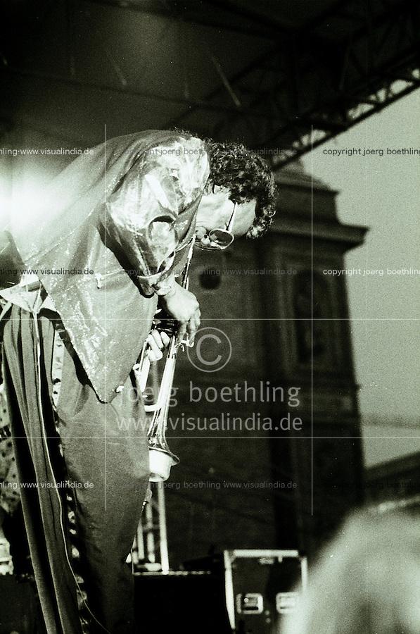 Germany, Hamburg, Jazz port festival 1990, live concert of Jazz musician and trumpet player Miles Davis at Kunstinsel, 30th july 1990, Miles Dewey Davis, american trumpeter, band leader and composer, born 26.5.1926 died 28.09.1991 - photo taken on 35mm black&white negative film - copyright Joerg Boethling - IMAGE AVAILABLE AS SIGNED BLACK & WHITE FINE ART PRINT by order! - Original Bild als handsignierter s/w Fotoabzug auf Baryt Fotopapier auf Bestellung in verschiedenen Größen erhältlich!