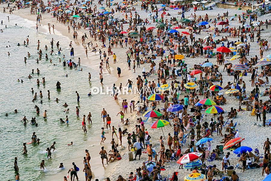 Pessoas na Praia do Arpoador, Rio de Janeiro. 2019. Foto de Juca Martins